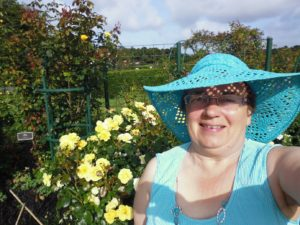 P1020375 selfie with yellow roses